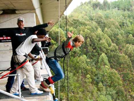 Блоукранс бридж. Инструкторы банджи морально готовят новичка к полету в пропасть.