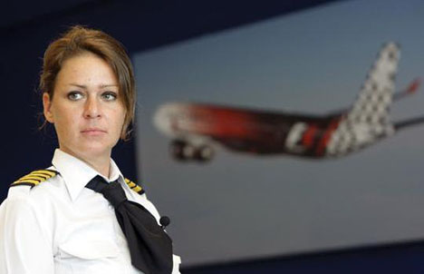 женщина пилот этихад