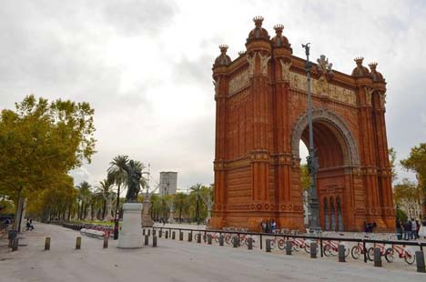 арка в центре Барселоны