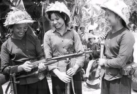 Недалекое прошлое Вьетнама.  Девушки охраняют важный объект от...