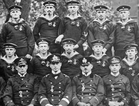 Экипаж U-9. Второй слева - Отто Веддиген