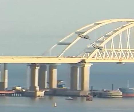 штурмовики на фоне крымского моста