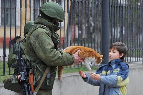 солдат дет мальчику кота